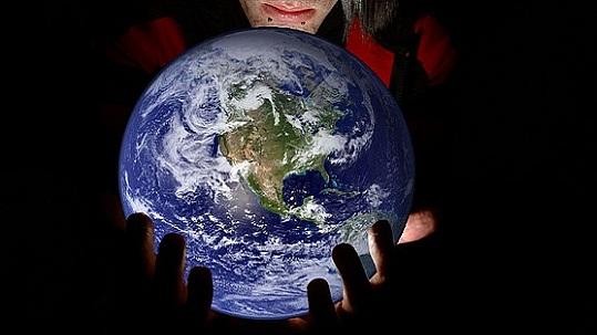 Die ganze Welt in den eigenen Händen: Netzwerke globalisieren (Bild: flickr.com/xJason.Rogersx)
